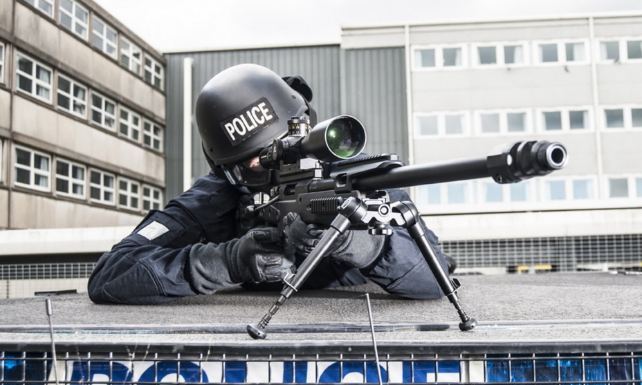 Полицейский снайпер с крупнокалиберной винтовкой Accuracy International AX 50 под патрон .50BMG. - Винтовка снайперских рекордов | Военно-исторический портал Warspot.ru