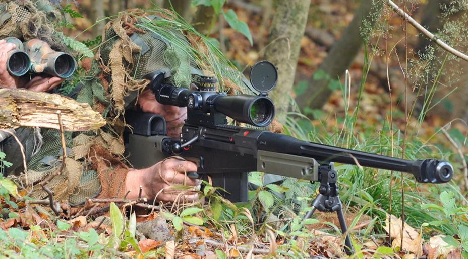 Снайперская пара с крупнокалиберной винтовкой AW50 под патрон .50BMG. - Винтовка снайперских рекордов | Военно-исторический портал Warspot.ru