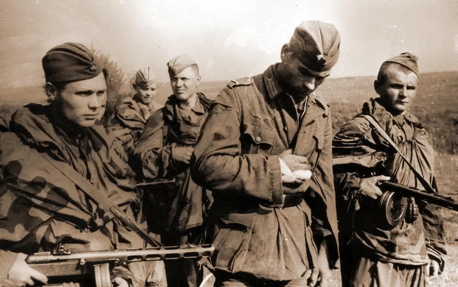 Советские разведчики и пленный немецкий ефрейтор, лето 1944 года. - «Звезда», которой не было | Военно-исторический портал Warspot.ru