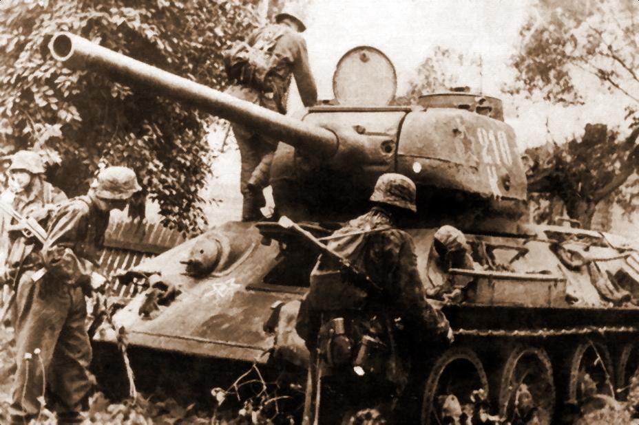 Панцергренадеры проходят мимо подбитого и брошенного Т-34–85 из 36-й танковой бригады, лето 1944 года. - «Звезда», которой не было | Военно-исторический портал Warspot.ru