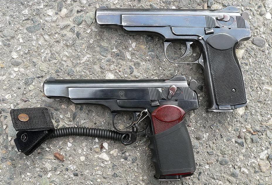 Примета времени: вверху стандартный АПС, внизу прошедший минимальные доработки «на местах» пистолет, снабженный витым шнуром-тренчиком и резиновым чехлом-накладкой на рукоятку, улучшающей хват оружия (<a href='http://k-a-r-d-e-n.livejournal.com' class='bbc_url' title='Ссылка' rel='nofollow external'>http://k-a-r-d-e-n.livejournal.com</a>). - Удачный экспромт для спецподразделений   Военно-исторический портал Warspot.ru