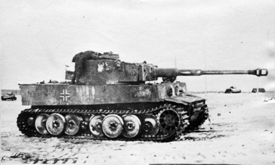 ?Красноармейцы изучают захваченный немецкий тяжелый танк. 18 января 1943 года - Тяжёлый трофей   Военно-исторический портал Warspot.ru