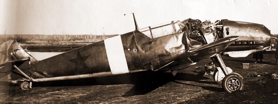 ?«Мессершмитт» Bf 109E-3 (W.Nr.2734), разбитый 29 октября 1941 года при взлёте с аэродрома Кольцово (Свердловск) испанским лётчиком Франсиско Кальдерари Бенито. Видно, что у истребителя отвалился винт с редуктором, сломаны плоскости, моторама и деформирована хвостовая часть фюзеляжа. - «Вами интересуется лично товарищ Сталин…» | Военно-исторический портал Warspot.ru