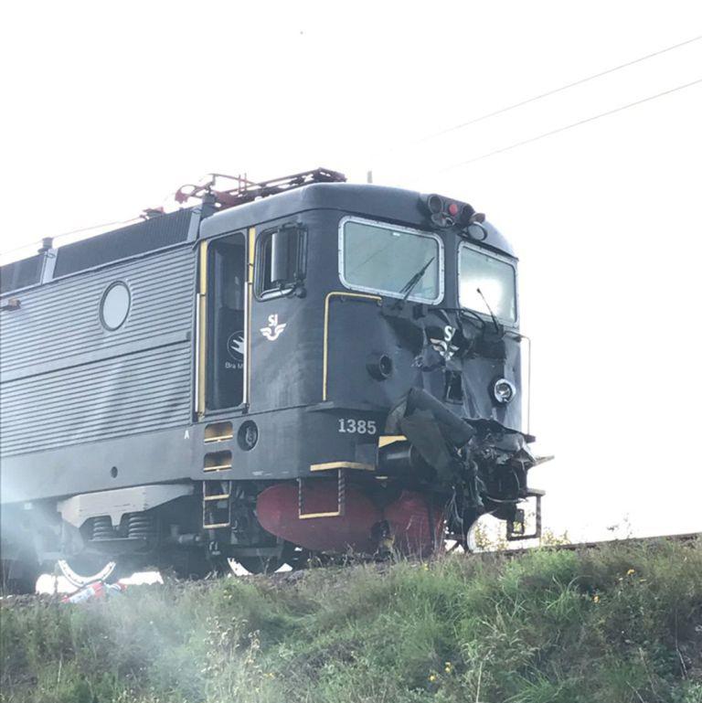 Поврежденный локомотив tankandafvnews.com - Финский бронетранспортёр выстоял против поезда   Военно-исторический портал Warspot.ru
