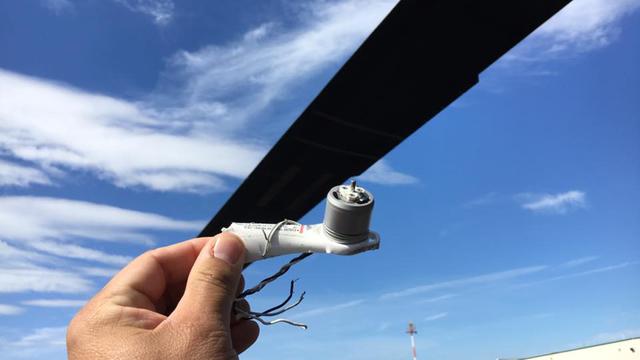 Обломок беспилотника, обнаруженный в маслоохладительной установке вертолёта. fox5ny.com - Военный вертолёт впервые столкнулся с дроном | Военно-исторический портал Warspot.ru