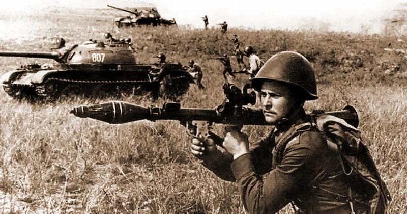 Типичный снимок из советских журналов — пехотинец с РПГ-7 в одном строю с танками - Длинная рука гранатомётчика | Военно-исторический портал Warspot.ru