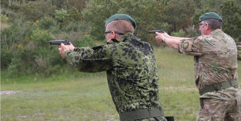Солдаты датской армии ведут стрельбу из пистолетов SIG P210. thefirearmblog.com - Датская армия поменяет пистолеты впервые за 70 лет | Военно-исторический портал Warspot.ru