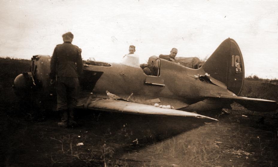 И-16 предположительно из 3-й эскадрильи 29-го ИАП, самолёт оставлен на месте вынужденной посадки - Первая победа первого гвардейского полка | Военно-исторический портал Warspot.ru