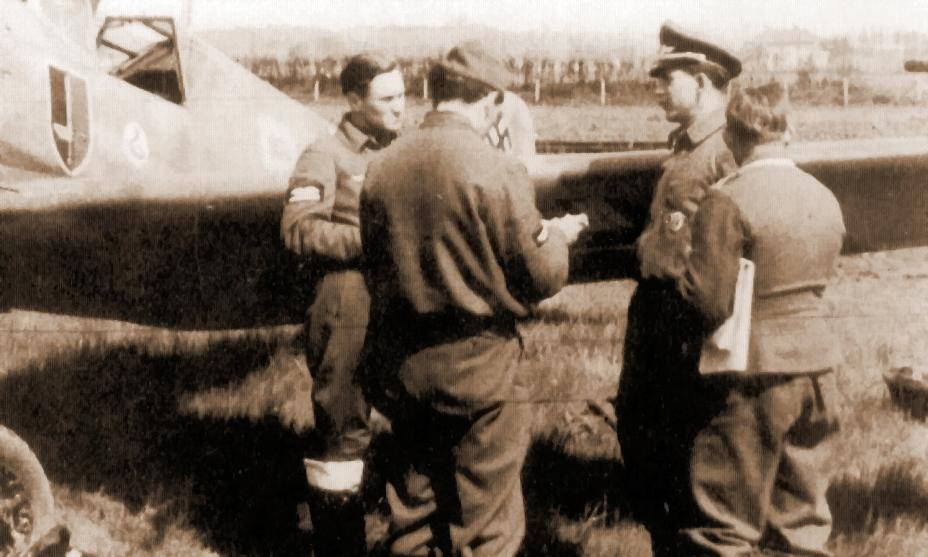 Лейтенант Вальтер Крупински и обер-фельдфебель Эрнст Квазиновски. Возможно, спиной к фотографу стоят унтер-офицер Гельмут Рампфель и лейтенант Зигфрид Канцлер. Фельдфебель Рампфель (9 побед) погиб 15 марта 1942 года, обер-лейтенант Квазиновски (19 побед) — 11 июня 1942 года - Первая победа первого гвардейского полка | Военно-исторический портал Warspot.ru