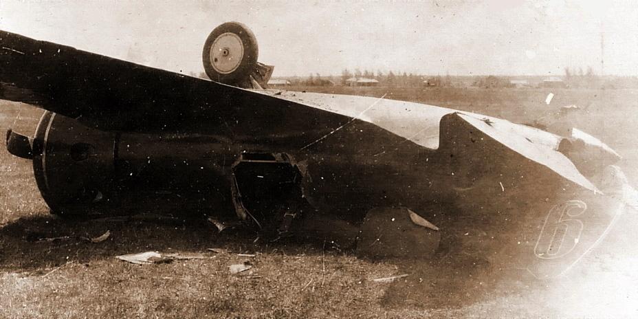 И-16 тип 17 из 1-й АЭ 29-го ИАП, разбитый в аварии весной 1941 года. Чтобы извлечь прижатого в кабине лётчика, фанерный фюзеляж пришлось рубить топором - Первая победа первого гвардейского полка | Военно-исторический портал Warspot.ru
