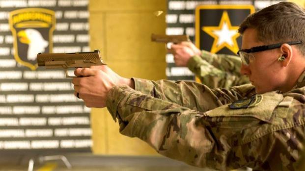 Американские солдаты упражняются в стрельбе из новых пистолетов. military.com - M17 выйдет за пределы армии | Военно-исторический портал Warspot.ru