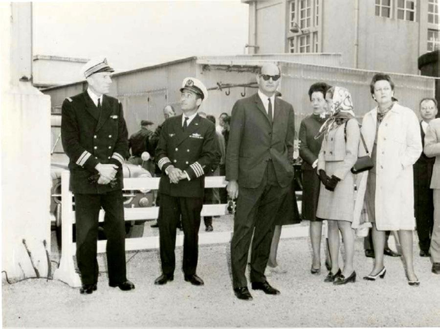 Генерал Мордехай Лимон (в тёмных очках) с французскими военно-морскими офицерами на верфи CМN, 1968 год. he.wikipedia.org - Угон шербурских катеров | Военно-исторический портал Warspot.ru