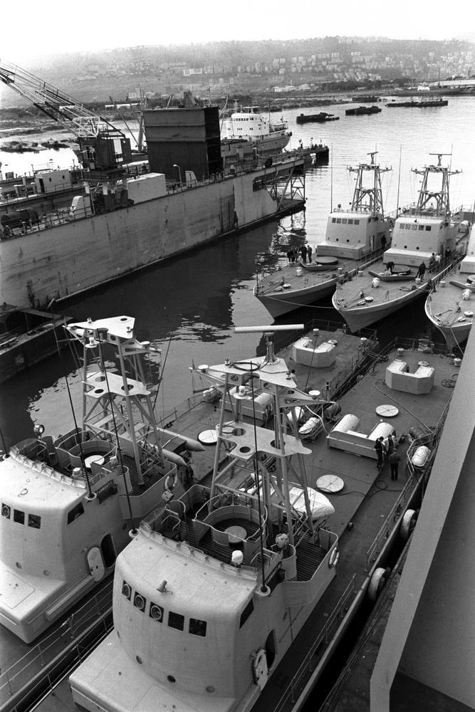 Установка вооружения на катерах, лето 1970 года. wikiwand.com - Угон шербурских катеров | Военно-исторический портал Warspot.ru