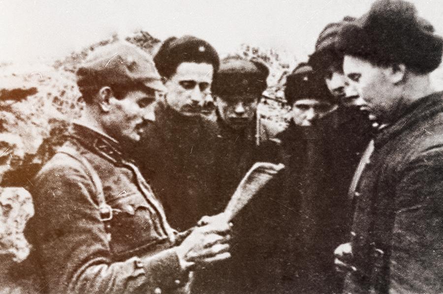 Командир 365-й батареи младший лейтенант Воробьев читает бойцам политинформацию Источник — voennoe-delo.com - 365-я зенитная батарея. Часть II | Военно-исторический портал Warspot.ru