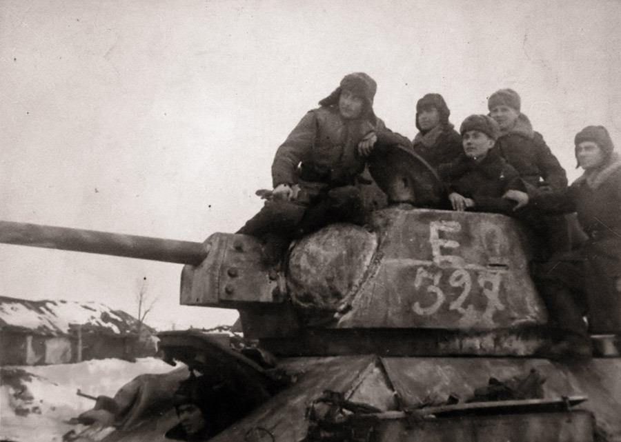 Танкисты 24-го ТК (с 26 декабря 1942 года – 2-го гвардейского) на броне танка Т-34 Источник – waralbum.ru - Рейд генерала Баданова | Военно-исторический портал Warspot.ru