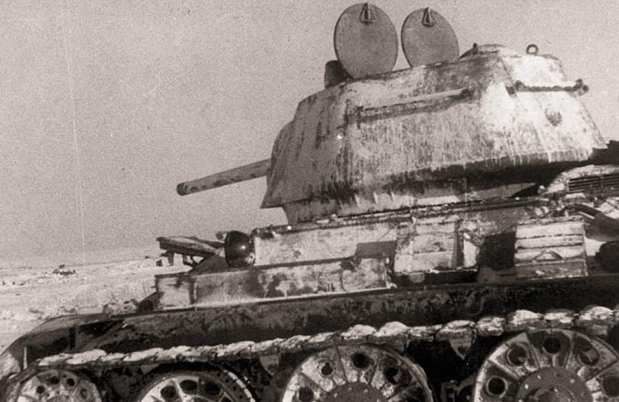 Т-34-76 1942 года выпуска с двумя башенными люками. Именно такими танками комплектовался 24-й ТК генерала Баданова Источник – taringa.net - Рейд генерала Баданова | Военно-исторический портал Warspot.ru