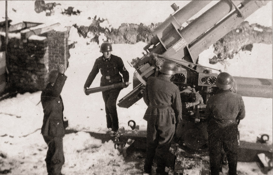 Немецкие зенитчики у своего 88-мм орудия FlaK 36. Зима 1942–43 годов Источник – waralbum.ru - Рейд генерала Баданова | Военно-исторический портал Warspot.ru