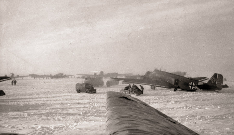 Тацинский аэродром за несколько часов до того, как на него ворвались советские танки Источник – voennoe-delo.com - Рейд генерала Баданова | Военно-исторический портал Warspot.ru