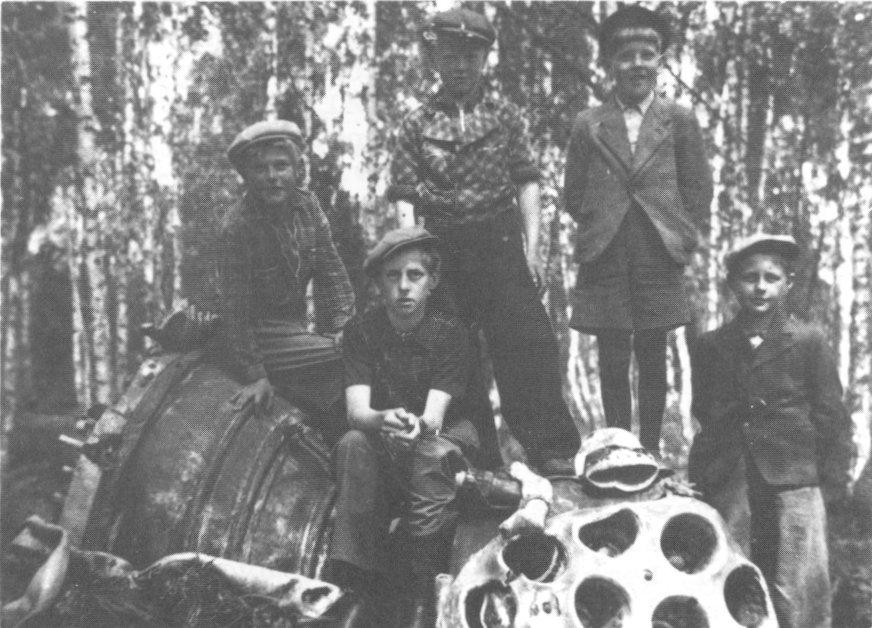 Шведские дети фотографируются у элемента немецкой баллистической ракеты V2, упавшей на территорию Швеции. dflund.se