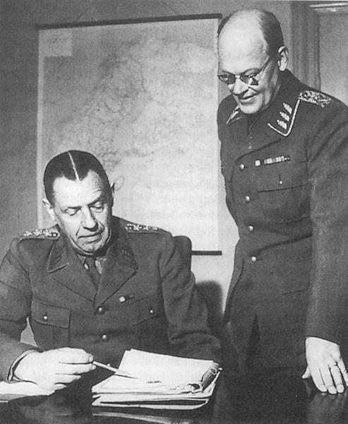 Главнокомандующий шведскими вооружёнными силами Нильс Сведлунд (слева) и начальник штаба вооружённых сил Ричард Акерман. 1 апреля 1951 года