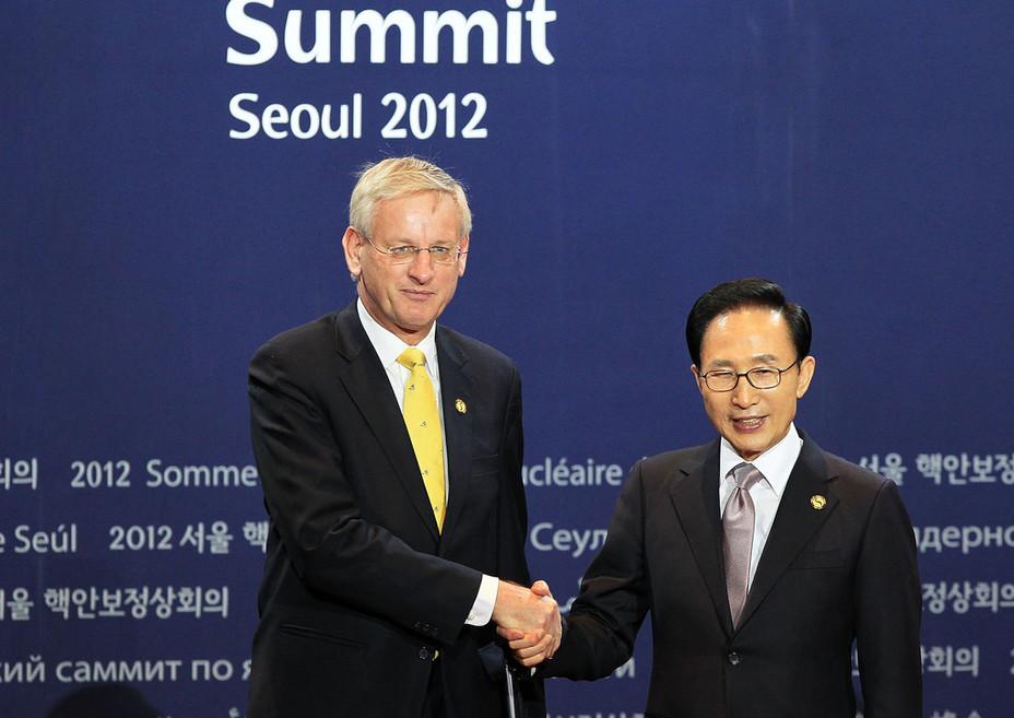 Министр иностранных дел Швеции Карл Бильдт (слева) и президент Республики Корея Ли Мён Бак на саммите по ядерной безопасности в Сеуле. В ходе этого саммита 27 марта 2012 года Карл Бильдт сообщил, что принятое двумя месяцами ранее решение об отправке шведского плутония в США выполнено