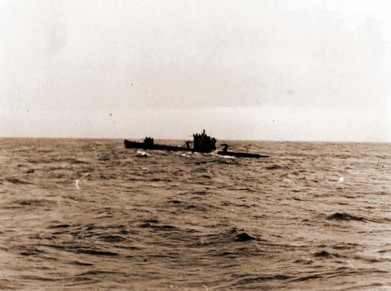Снимок, сделанный с борта U 604 в феврале 1943 года, запечатлел рандеву с «дойной коровой» U 459 в Северной Атлантике для пополнения запасов, в том числе и провизии