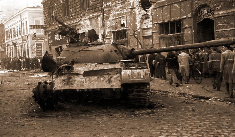 Именно на улицах Будапешта в октябре 1956 года впервые пошли в бой новые советские танки Т-54. Увы, на узких улицах незнакомого города, в отсутствие поддержки пехотой, они были беспомощны даже против самого примитивного оружия - Будапешт-1956: танки против танков | Военно-исторический портал Warspot.ru