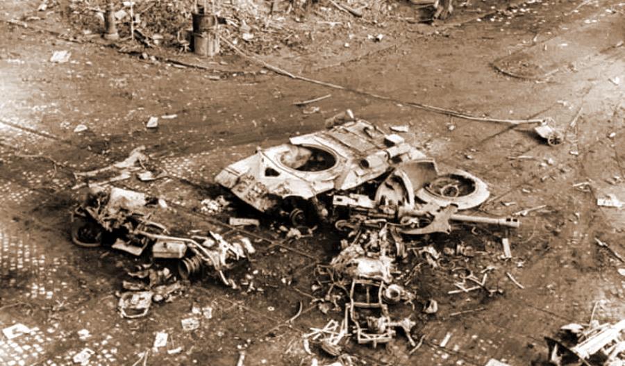 Эта группа подбитых танков, разбросанная в самом эпицентре боёв, на перекрёстке самой длинной улицы города Юллёи (Üllői út) и бульвара Ференца (Ferenc körút), возле кинотеатра «Корвин» (Corvin Mozi), стала излюбленным объектом съёмок всех журналистов, освещавших события. На верхнем фото видны два подбитых Т-34 и один ИС-3, на нижнем — ещё один ИС-3, проехавший немного дальше первого, уткнувшийся на самом перекрёстке в автомобиль и уничтоженный мощным внутренним взрывом. Детонация боекомплекта превратила башню стального гиганта в кучу хлама - Будапешт-1956: танки против танков | Военно-исторический портал Warspot.ru