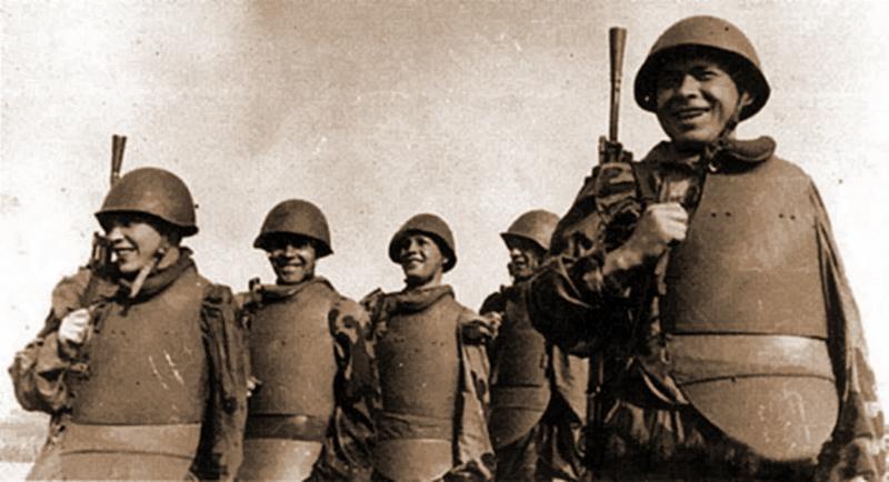 Бойцы в нагрудниках СН-42 валового производства - Стальная броня для красноармейца: массовый СН-42 и его конкуренты | Военно-исторический портал Warspot.ru