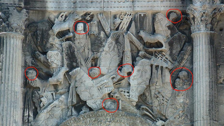 Рельеф римской триумфальной арки в Оранже с изображением отрубленных голов среди захваченного у варваров оружия