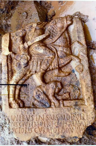 Погребальная стелла, обнаруженная в 2004 г. в Ланкастере. На ней изображён Инсус, сын Водулла, служивший в римской кавалерии. Он изображён в виде торжествующего героя. Обезглавленное тело его противника мы видим под копытами его коня. Отрубленную голову Инсус держит в своей правой руке