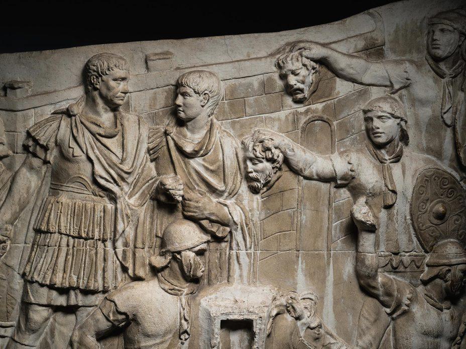 Знаменитая сцена с рельефа Колонны Траяна, на которой воины демонстрируют императору отрубленные головы даков