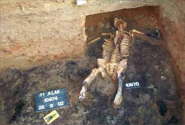 У человека, которому принадлежали эти останки, были отрублены обе ноги и обе руки, после чего его тело обгорело в пламени пожара