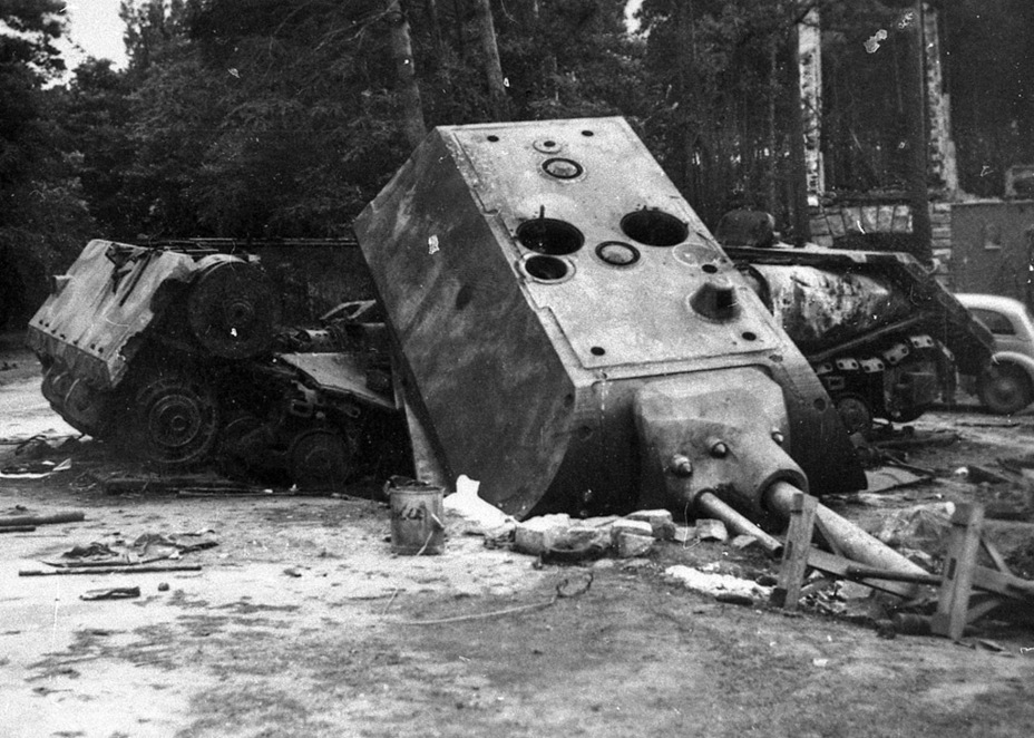 ​Pz.Kpfw. Maus, blown up near Zossen. The discovery of this tank prompted an increase in requirements for Soviet heavy tanks, killing the Object 257 - Object 257: The First IS-7 | Warspot.ru