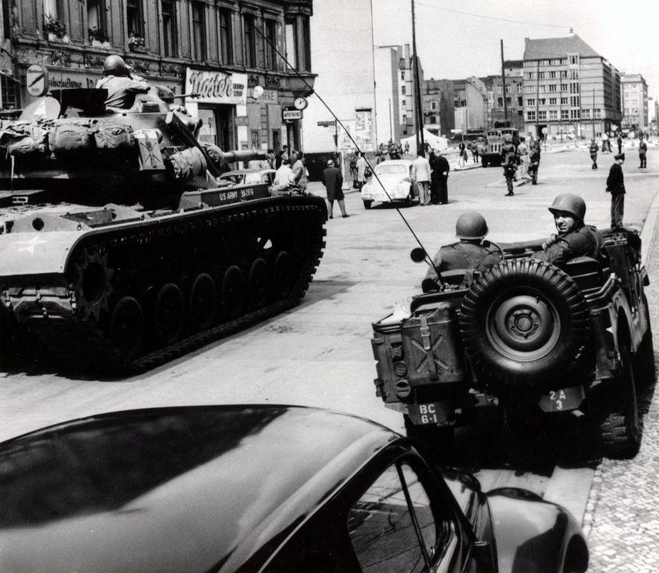 Американский «вооружённый эскорт» у КПП «Чарли», октябрь 1961 г.