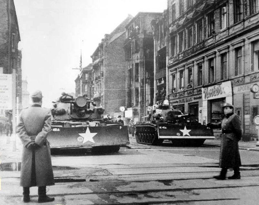 Танки-бульдозеры М-48 у КПП «Чарли», октябрь 1961 г.