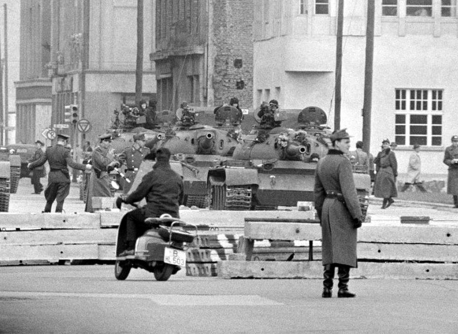 Танки на Фридрихштрассе холодная война