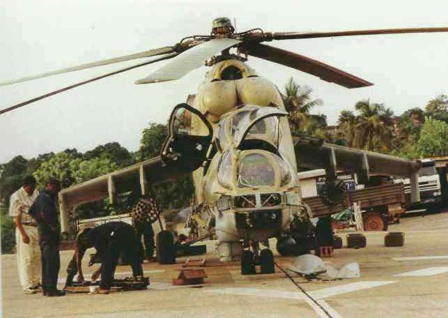 Подготовка к полёту боевого вертолёта. Сьерра Леоне, 1995 год
