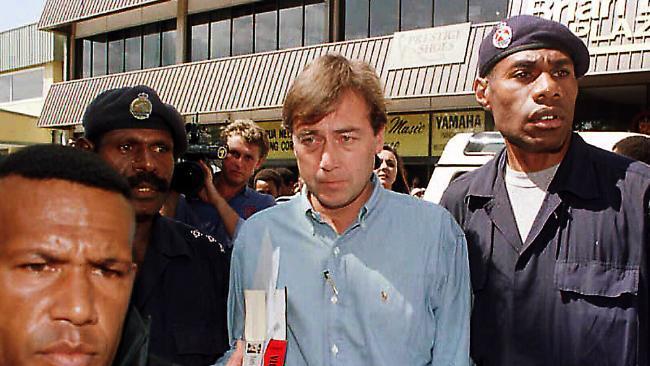 Основатель и руководитель компании Sandline Тим Спайсер (в центре) арестован в Порт-Морсби, февраль 1997 года