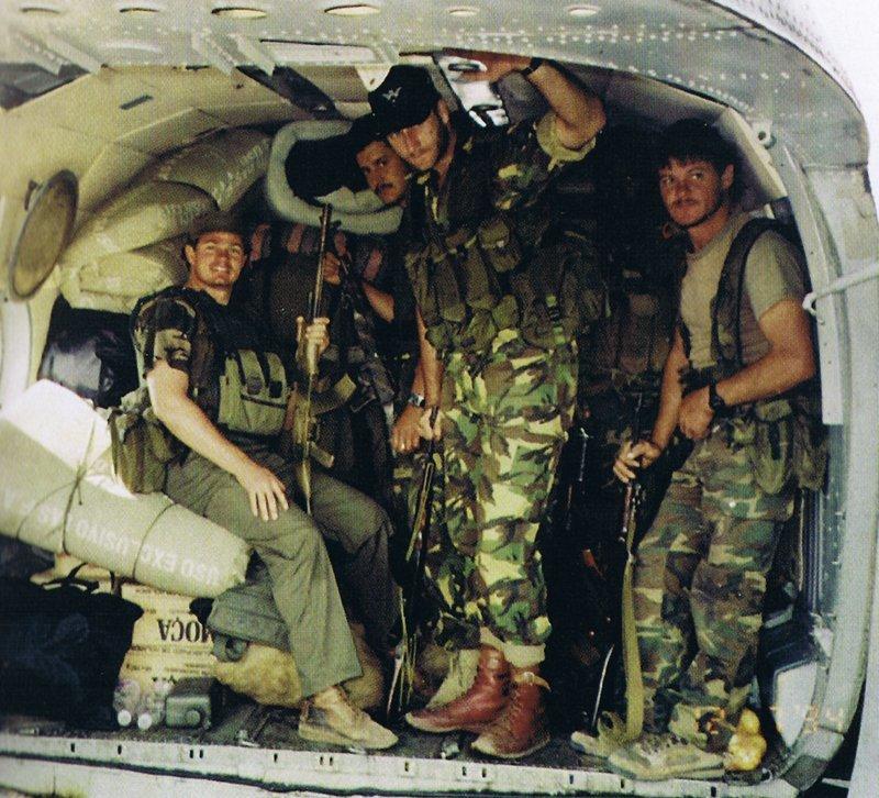 Боевая группа Executive Outcomes в грузовом отсеке вертолёта МИ-17. Сьерра-Леоне, 1995 год