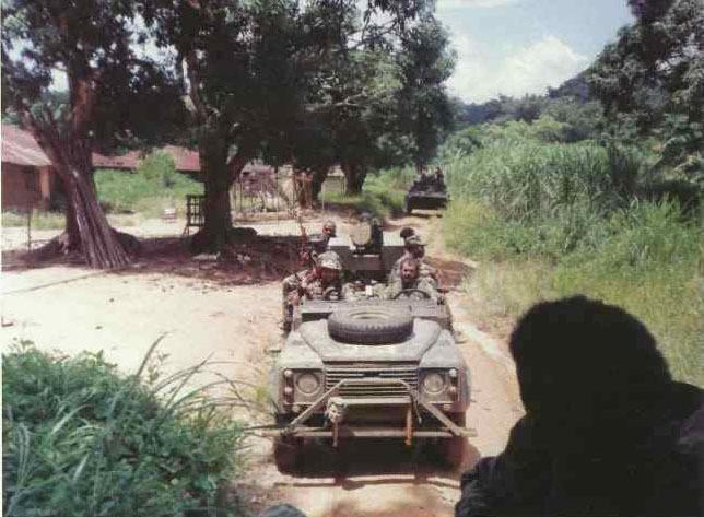 Колонна Executive Outcomes на марше, Сьерра-Леоне. Обратите внимание на БМП-2 советского производства позади первой машины