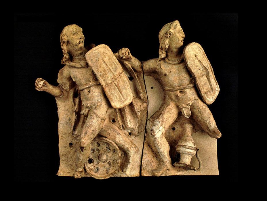 Галльские воины шокировали римлян обычаем сражаться нагишом. Их главным оружием был меч. От врага они закрывались большим щитом, на поясе воины носили железную цепь, а на шее – золотое ожерелье. Терракотовый фриз святилища в Сассоферрато, II в. до н.э. - Кельты:Римское завоевание Цизальпинской Галлии | Warspot.ru