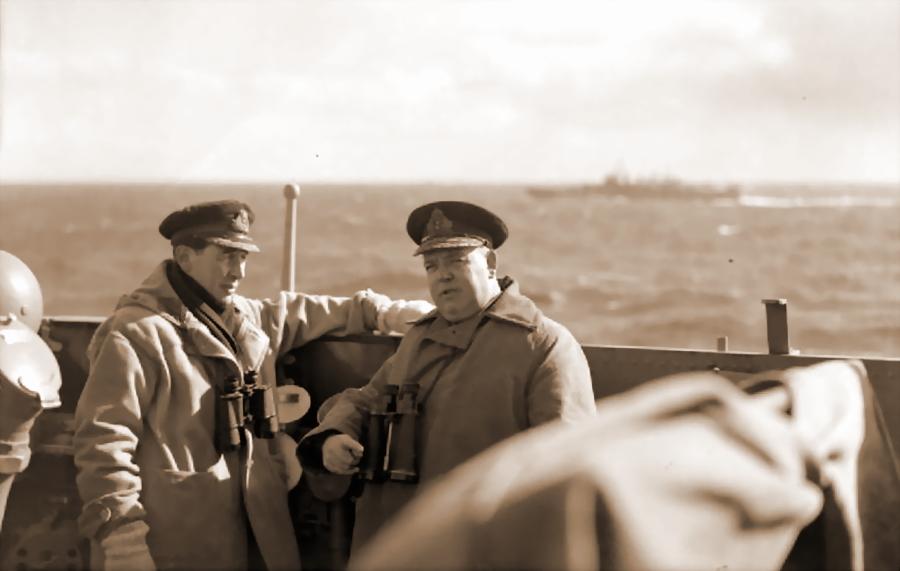 Командир «Эдинбурга» кэптен Хью Фолкнер и командующий 18-й эскадры крейсеров контр-адмирал Стюарт Бонэм-Картер на мостике крейсера, апрель 1942 года