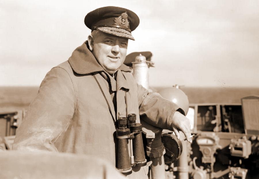Командующий 18-й эскадры крейсеров контр-адмирал Стюарт Бонэм-Картер на мостике «Эдинбурга». После потопления крейсера Бонэм-Картер перенес свой флаг на крейсер «Тринидад», и вскоре тот тоже был потоплен. Этот момент был сразу подмечен суеверными моряками, которые с черным юмором стали называть спасательные жилеты «бонэмами». Любопытно отметить, что известная английская актриса Хелен Бонэм-Картер приходится адмиралу дальней родственницей