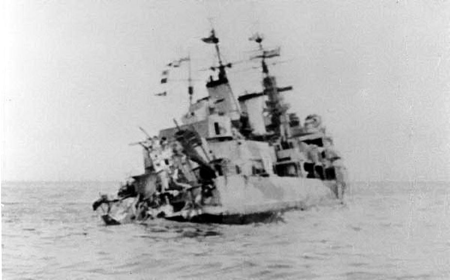Снимок сделан со стороны кормы «Эдинбурга», поврежденной торпедой. Виден масштаб повреждений