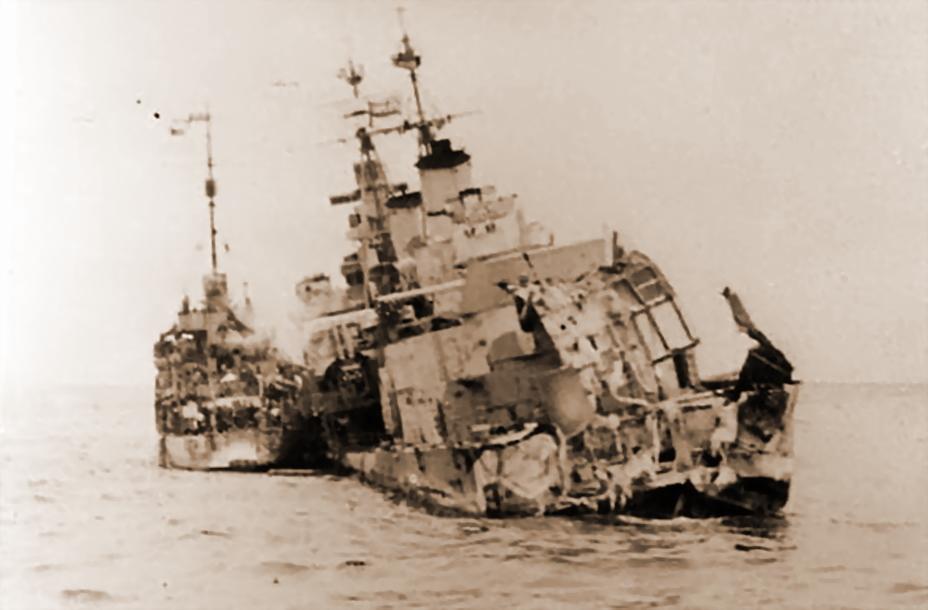 Тральщик «Харриер» (HMS Harrier) снимает команду с крейсера. Заметен крен «Эдинбурга» на левый борт — вероятно, снимок сделан после попадания торпеды с немецких эсминцев