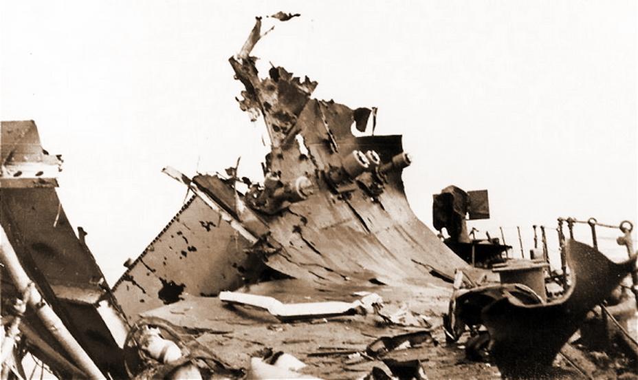 Палуба «Эдинбурга» после попадания торпеды с U 456 в буквальном смысле встала на дыбы