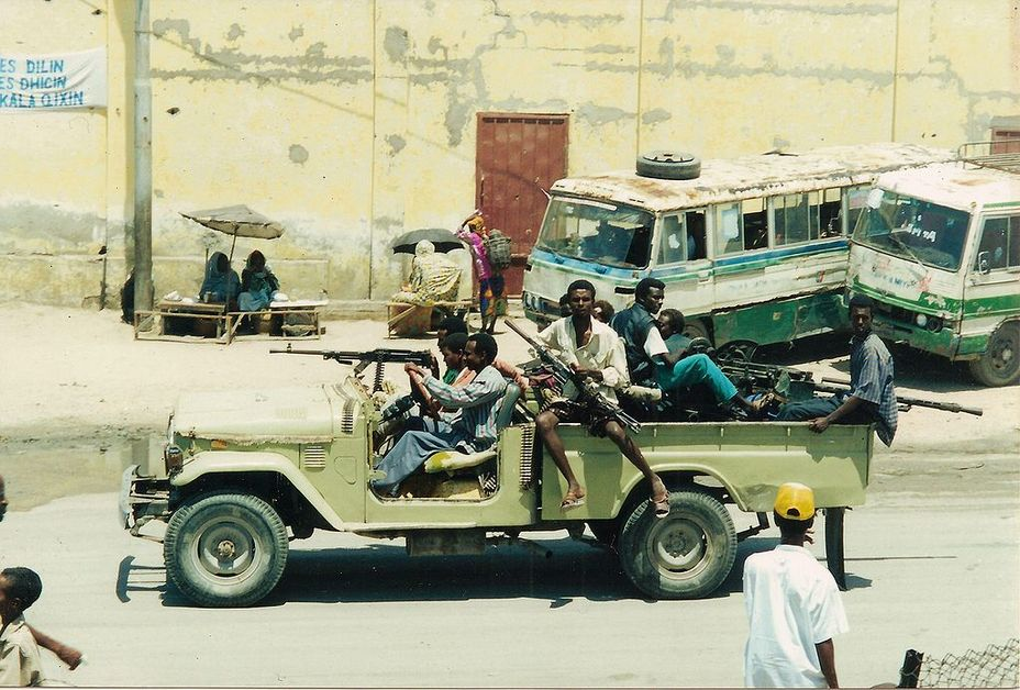Джип с установленным в кузове пулемётом и бойцами, вооружёнными АК-47, использовавшийся сомалийскими повстанцами 3–4 октября 1993 года во время событий, известных широкой публике по к/ф «Падение Чёрного ястреба» - Современное наемничество: предпосылки успеха   Военно-исторический портал Warspot.ru