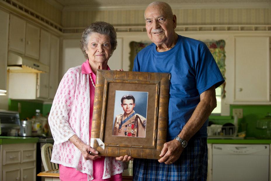 Сестра Оди Мерфи Надин Локи с супругом, 2013 год. http://www.nytimes.com/ - Оди Мёрфи: маленький герой большой войны | Военно-исторический портал Warspot.ru