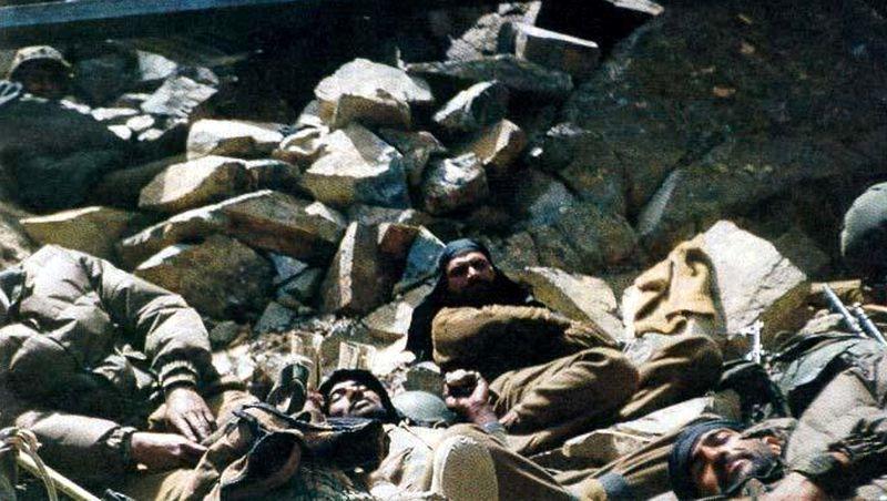 Бойцы 2-го батальона Раджпутанских стрелков на привале во время Каргильской войны. 1999 год